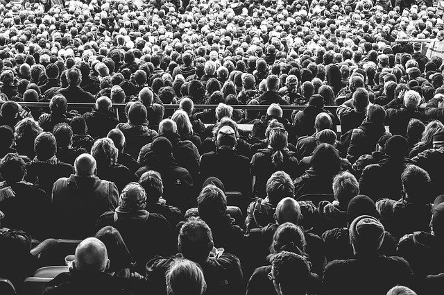 pessoas sentadas num local público